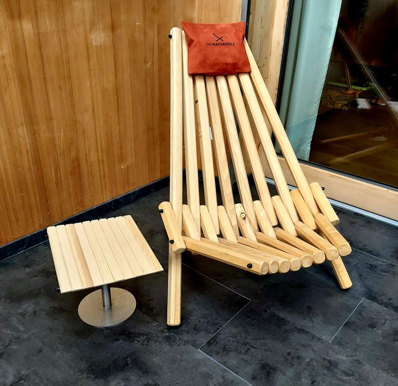 Klappstuhl und Tisch aus Massivholz